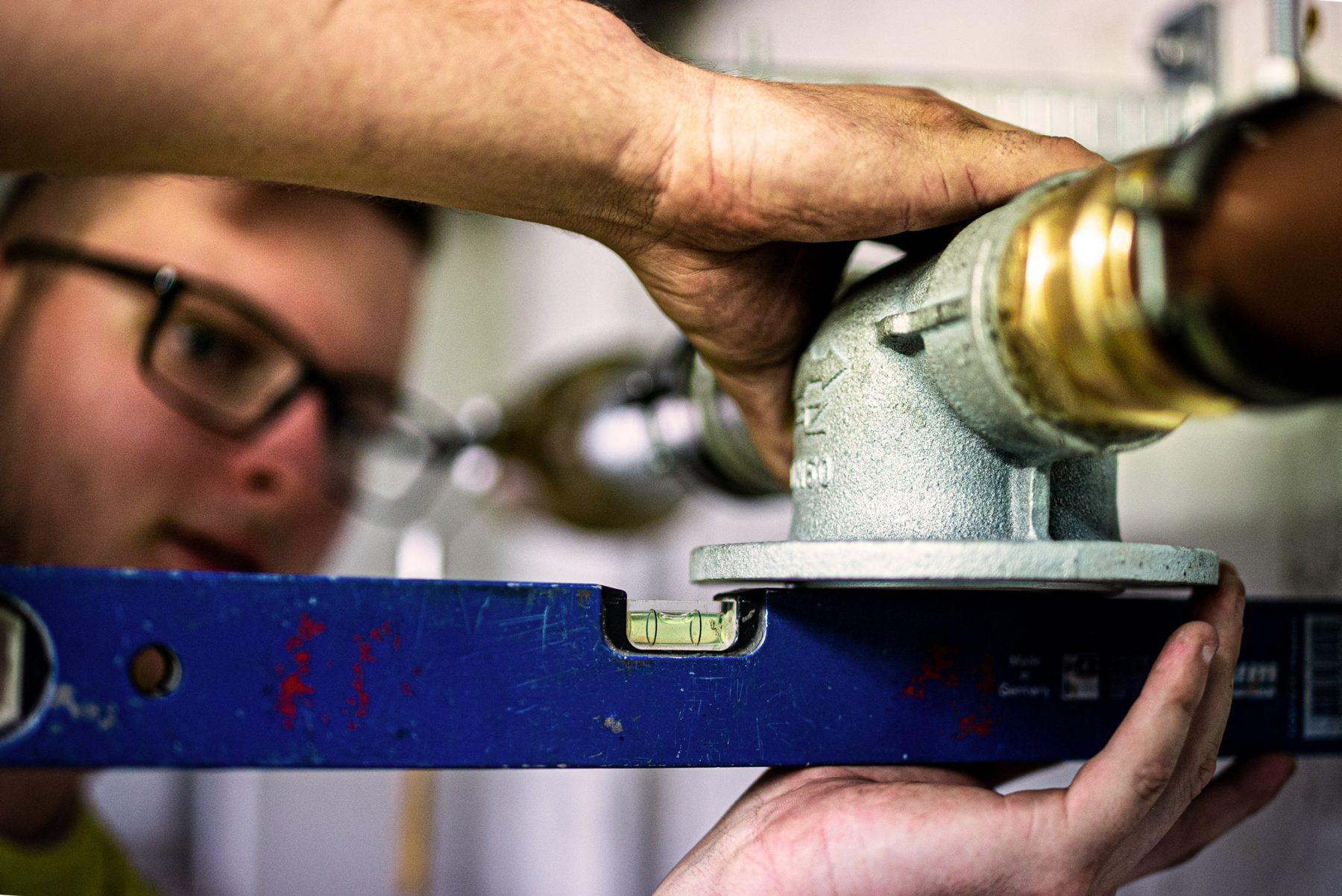 Prüfung von Heizungsrohren mittels Wasserwaage