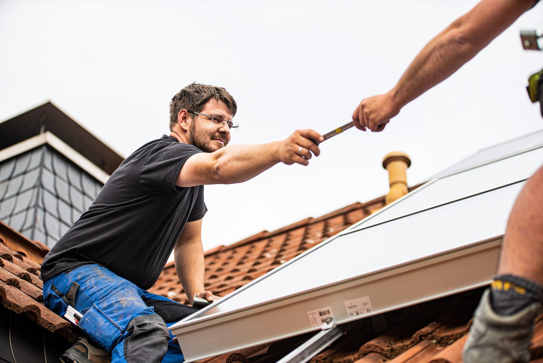 Anbringung einer Solarthermieanlage auf dem Dach